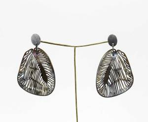 Pendientes Mini Panambi de plata oxidada y ala de acero Andrea Vaggione.