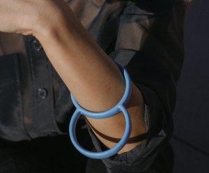 Colgante. Bracelet. Pendant. pulsera. corian azul. Joyería Barcelona. Reciclado. joyas de diseño. Jewelry design. Diseño Barcelona. designer jewelry. デザイナージュエリー . Bijoux de créateurs. Designerschmuck Arte Barcelona.