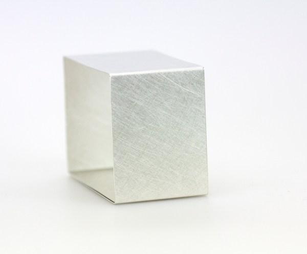 Brazalete. Pulseras rectangular plata matizada_ Brazaletes Caludia Hoppe. joyas, joyeria Barcelona. Artesanía Barcelona