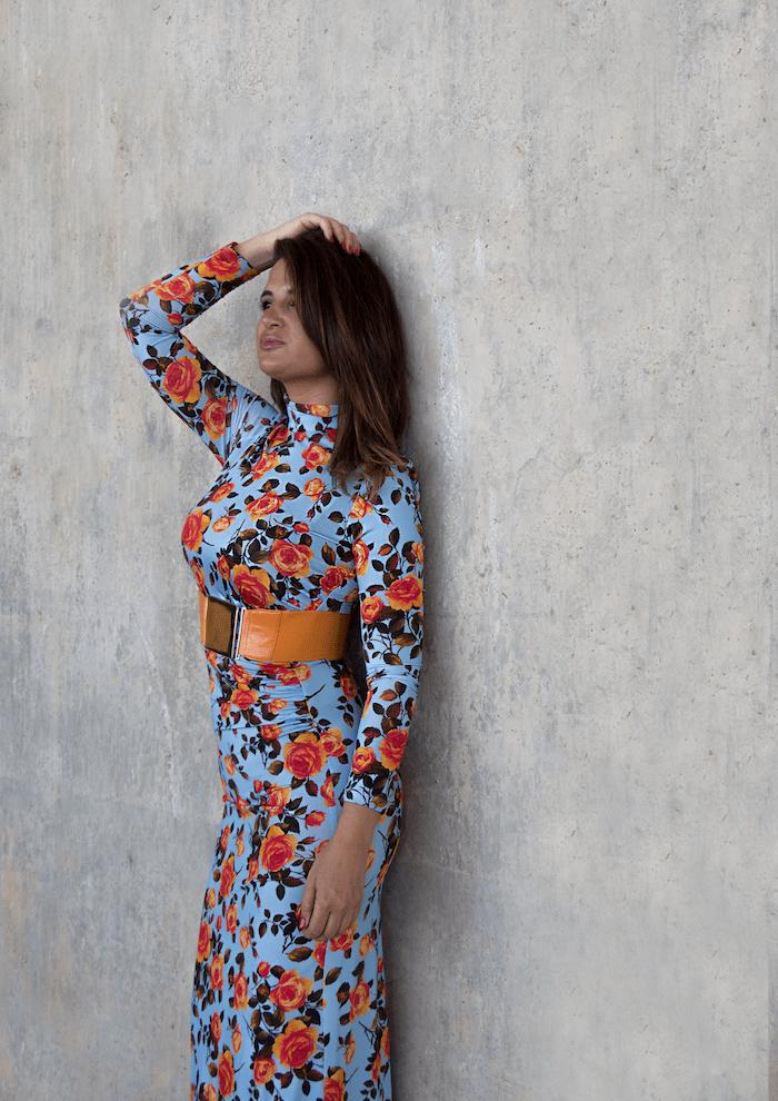 vestido midi flores Zara cinturón naranja paula fraile amaras la moda10