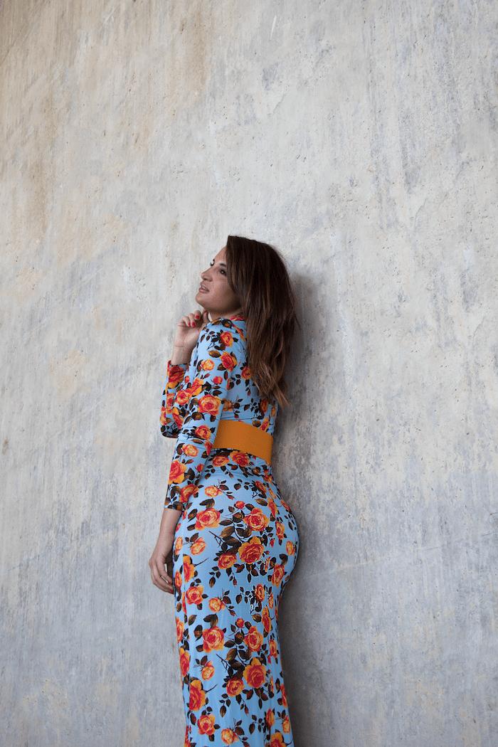 vestido midi flores Zara cinturón naranja paula fraile amaras la moda5