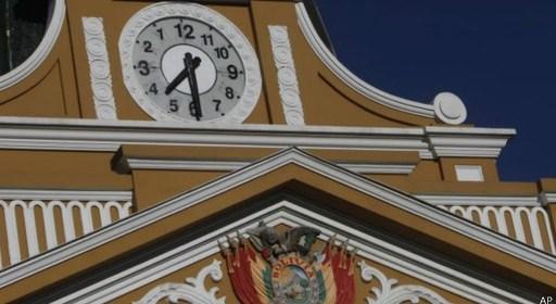 (Español) Por qué el reloj del Congreso de Bolivia gira al revés