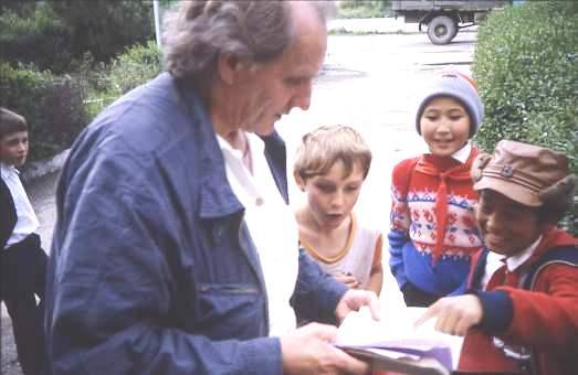 Soviet kids enthralled by tourist