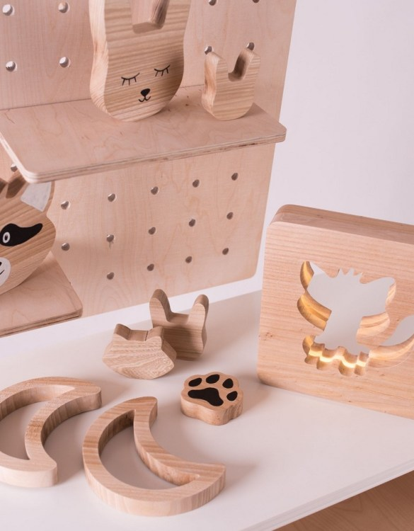 Shake up baby's playtime with the Moon Wood Toy, created especially for clutching hands and curious mind.