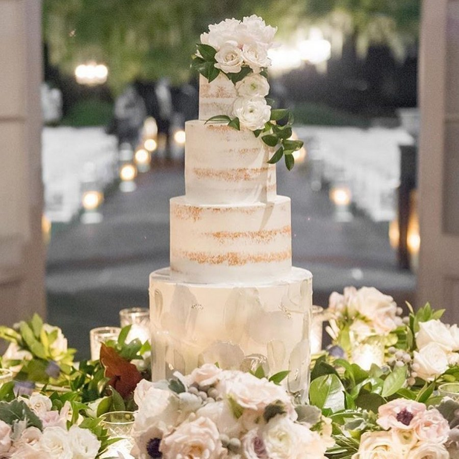Your wedding cake should be a work of art - the ultimate centrepiece at your wedding reception and the crowning jewel of your dessert table.