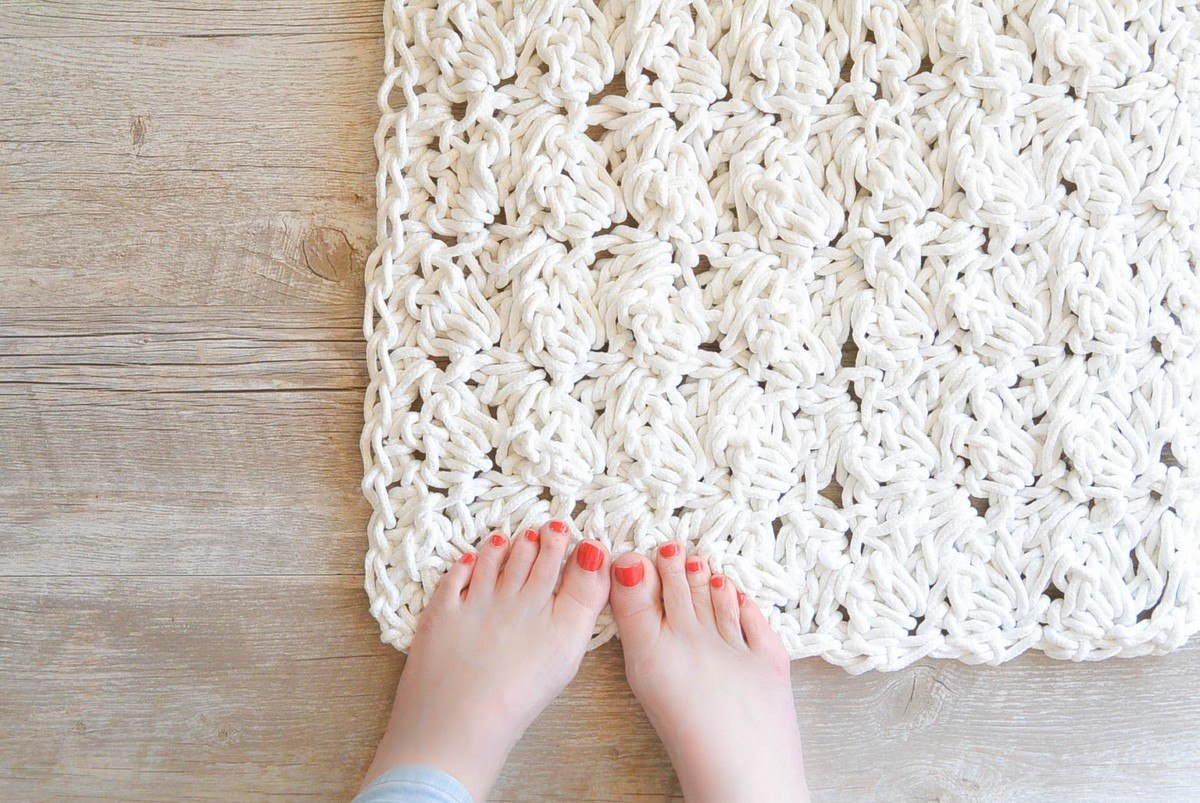 Are you remodeling your bathroom? Maybe you just need a new bath mat? Whether you are completely redesigning the bathrooms in your home or you just want to add some décor with a new bath mat, we have just the list of DIY projects for you.