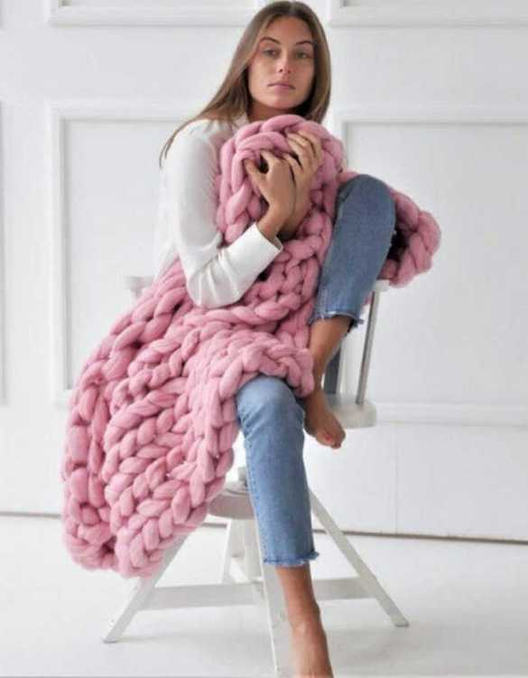 Super soft, the Pink Chunky Knit Blanket is the perfect addition for any contemporary home and makes it perfect for naps or night time.