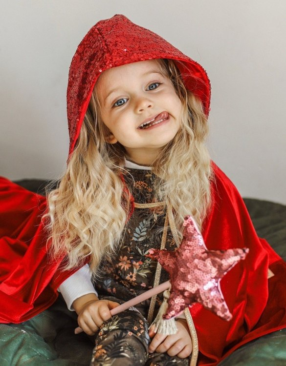 The perfect gift for endless wear, the Red Magic Cape is a favourite choice for godmothers to gift at Christenings and of course a super Christmas gift for children who love dressing up. Perfect for dressing up at a Halloween or a super Hero costume party.