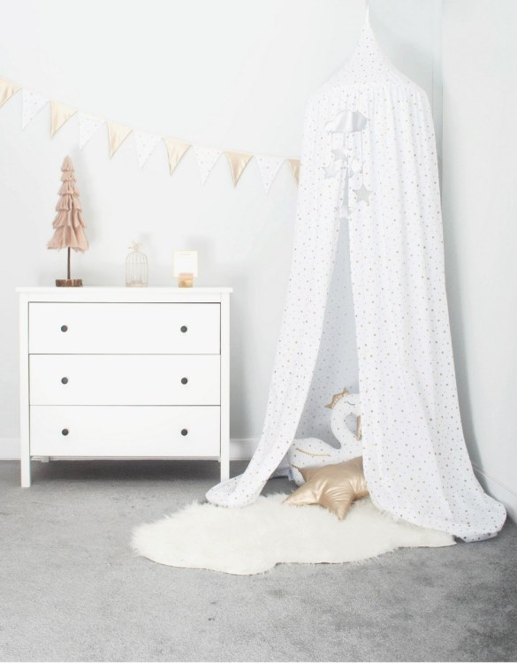 A super cosy retreat, the White and Golden Stars Children's Canopy with Garland creates a fun fairytale-like environment in your child's bedroom. This hanging tent can be a castle, a spaceship, a reading nook, but also a great decoration for your house.