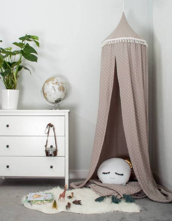 A super cosy retreat, the Beige Stars Muslin Children's Canopy creates a fun fairytale-like environment in your child's bedroom. This hanging tent can be a castle, a spaceship, a reading nook, but also a great decoration for your house.