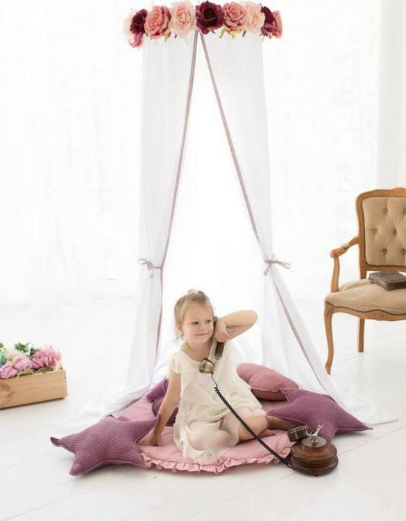 A super cosy retreat, the Red Roses Children's Canopy with Flowers creates a fun fairytale-like environment in your child's bedroom. This hanging tent can be a castle, a spaceship, a reading nook, but also a great decoration for your house.