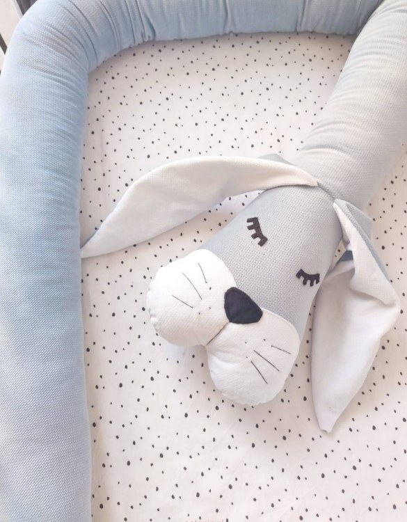 Highly practical and gorgeous looking cot bedding, the Bunny Gray Velvet Cot Bumper is perfect to welcome a new baby at home! It is not only a protection but also a soft friend who will make sure that the child does not feel lonely during sleep.