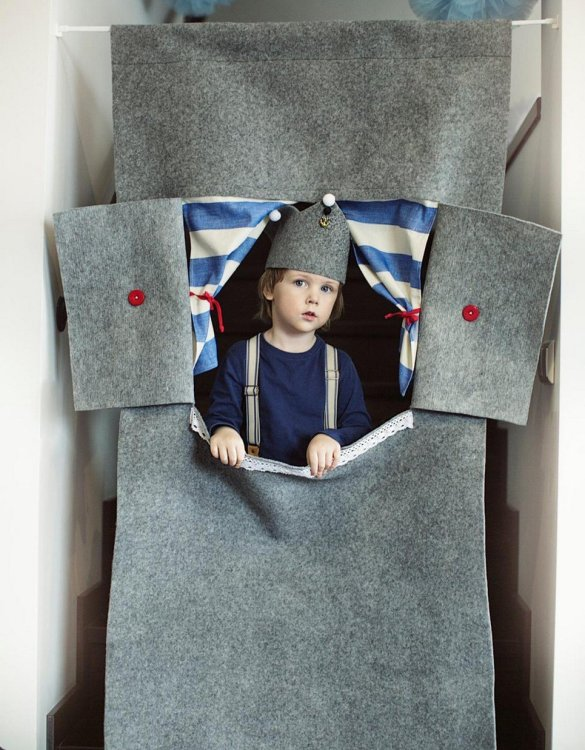 Perfect for pretend play, the Grey Lighthouse Doorway Puppet Theatre develops your imagination and creativity. This kids puppet theatre will stay beside your little theater director all the way from the very first scene to masterpiece like performances.
