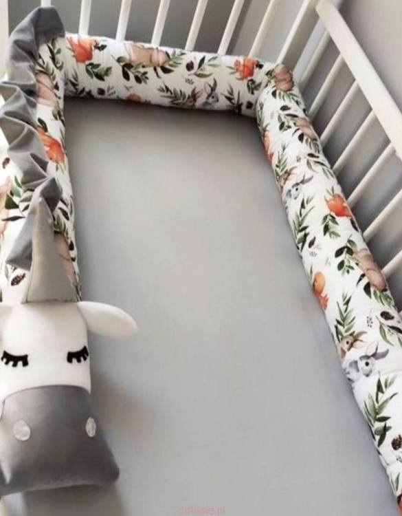 Highly practical and gorgeous looking cot bedding, the Unicorn Roe-deers on leaves Cot Bumper is perfect to welcome a new baby at home! It is not only a protection but also a soft friend who will make sure that the child does not feel lonely during sleep.