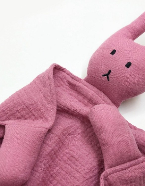 Perfect for tiny little hands to explore and hug, the Peter Rabbits Plum Pink Baby Comforter makes a perfect friend to every baby or toddler. This unique baby comforter toy will encourage babies to explore textures and develop their grabbing skills and become the finest puppet to engage newborns.