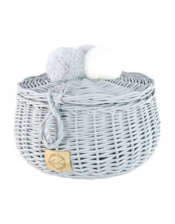 Decorated with pompoms, the Gray Big Wicker Casket is an elegant element of the decor. A wicker casket for small items. It doesn't matter whether you're 3 or 33, a girl always needs somewhere pretty and practical to store all her treasures.