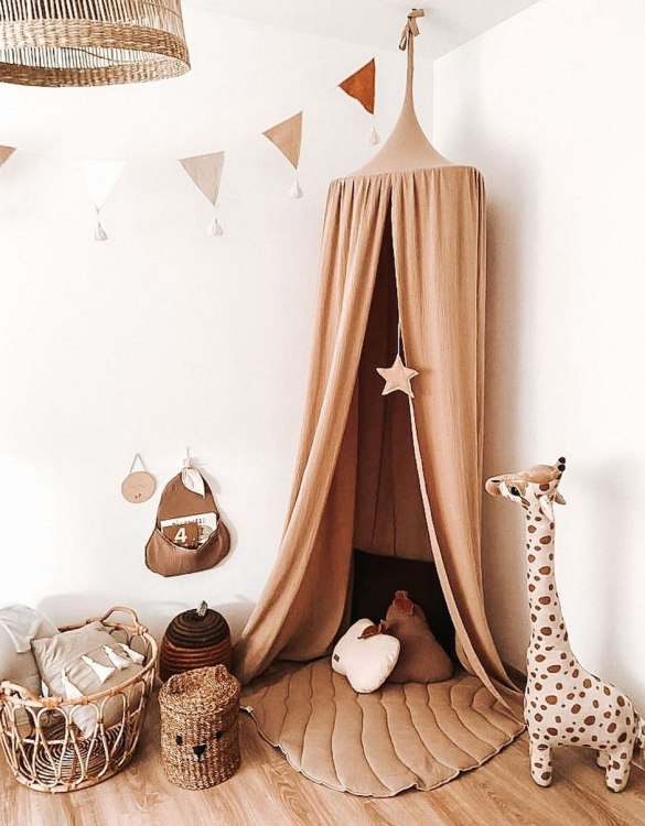 A super cosy retreat, the Baldachin Beige Children's Bed Canopy create a fun fairytale-like environment in your child's bedroom. This hanging tent can be a castle, a spaceship, a reading nook, but also a great decoration for your house.