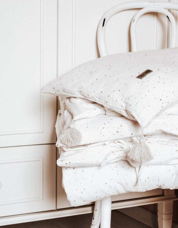 Create a wonderfully poetic effect in the nursery with the Bedding Gold Dots. This delightful baby bedding set is the perfect choice for a contemporary nursery and it will quickly become friends for your little one's dreams.