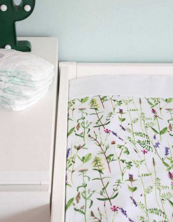 A perfect gift for a new baby, the Meadow Waterproof Winding Mat is ideal for keeping the little one comfortable and snuggly while changing. Super practical and stylish with a waterproof lining and it comes in your favourite prints.