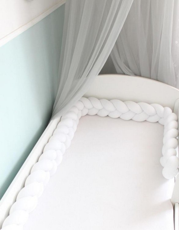Safe for newborns and babies, the White Braided Crib Protector protects against impacts and at the same time creates a modern and exclusive decoration. The braid is ideal for a baby crib and toddler's bed.