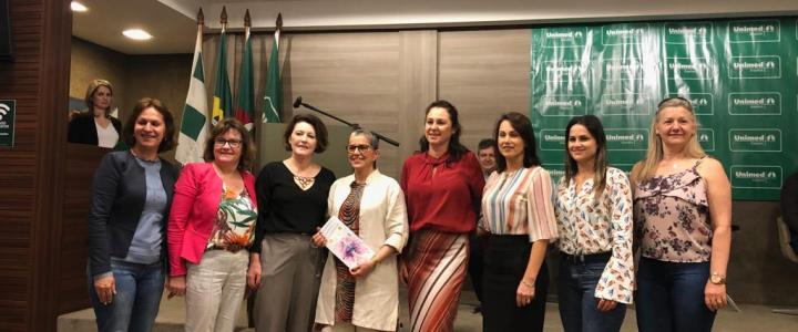 Colegiado das Primeiras-damas da AMAU entrega informativo a Secretária Estadual de Cultura