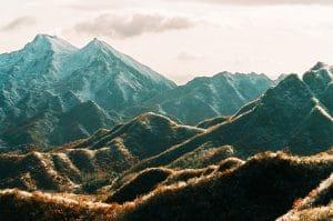 Tohle světelné divadlo plné slunce, stínů, sněhu a kopců s velkou čínskou zdí prostě žádná automatika nezměří – nabráním expozice stanovíte, co na obrázku bude a co pohltí stíny.
