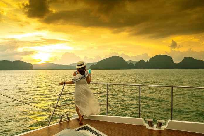 วิวพระอาทิตย์ตกบนเรือ Passion Catamaran