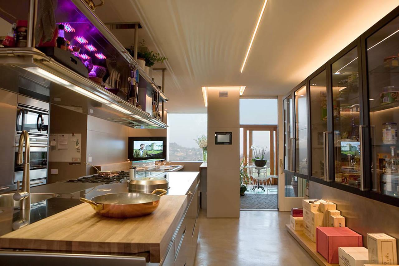 Tra i mobili posti su due pareti frontali bisogna sempre lasciare almeno una larghezza di 120 cm cioè lo spazio idoneo per. Cucina In Acciaio A Isola Per Una Residenza A Udine Ambiente Cucina