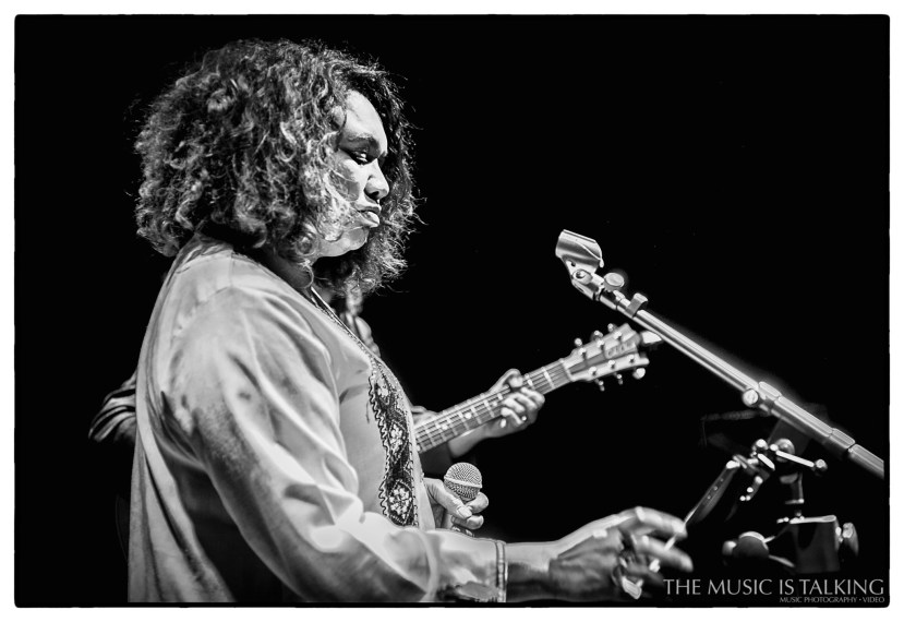 Lisa Tomlin performing live in Wellington 2017. Image by Alexander Hallag.