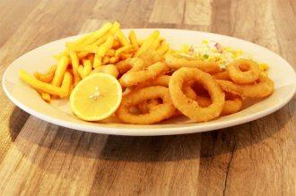 Calamares mit Pommes & Salat
