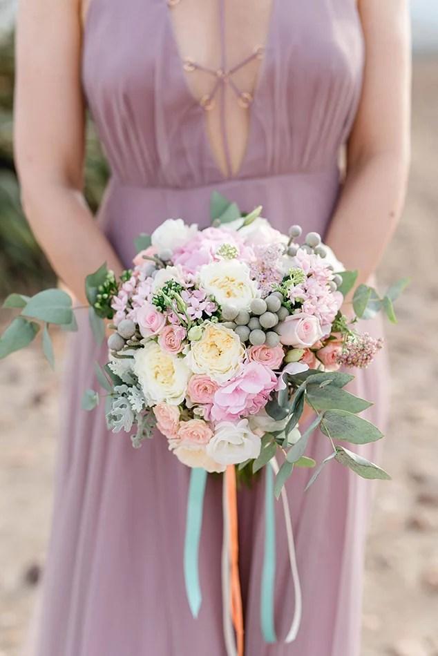 Brautstrauß mit Rosen, Eucalyptus und Olivenbaum in rosé, peach und creme