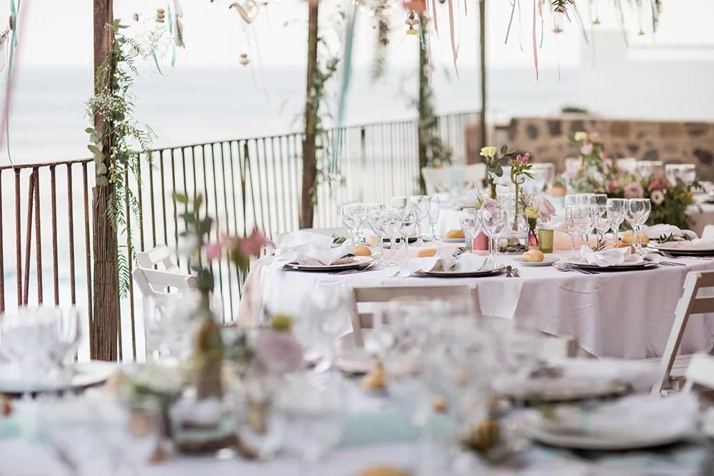 Heiraten im Ausland, Hochzeitslocation in Spanien am Strand, romantische Hochzeitsdekoration