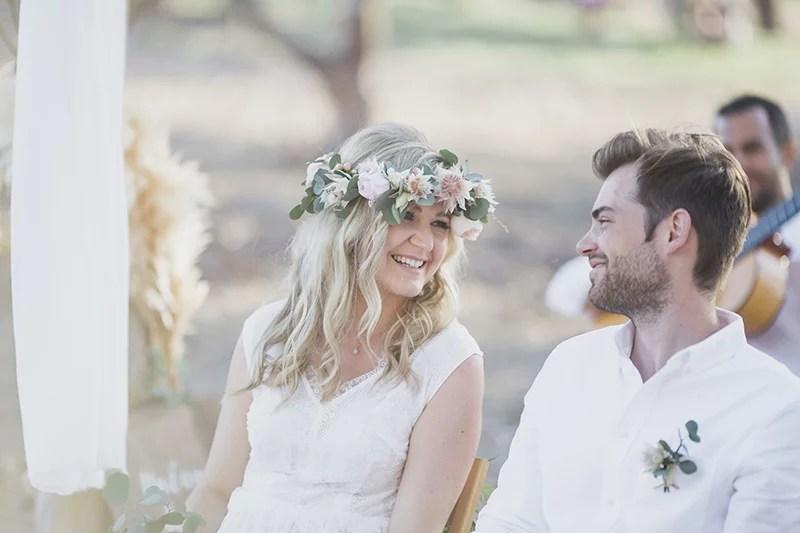 Boho Braut mit Blumenkranz, Hochzeit am Strand zu Zweit