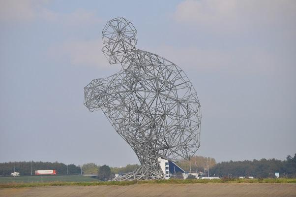 Kunstwerk in Lelystad Hurkende Man tijdens wandeling van Natuurmonumenten op de Marker Wadden in het Markermeer