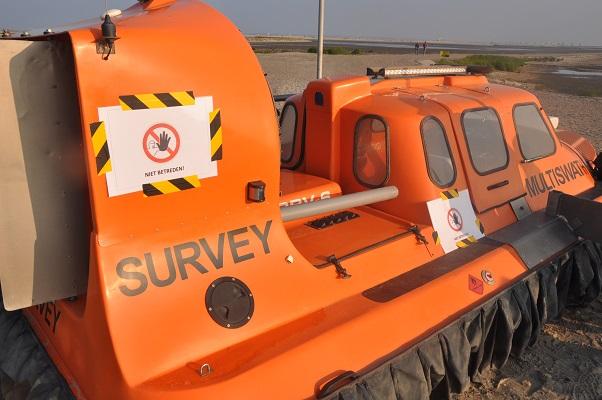 Reddingsboot op nieuw land tijdens wandeling van Natuurmonumenten op de Marker Wadden in het Markermeer