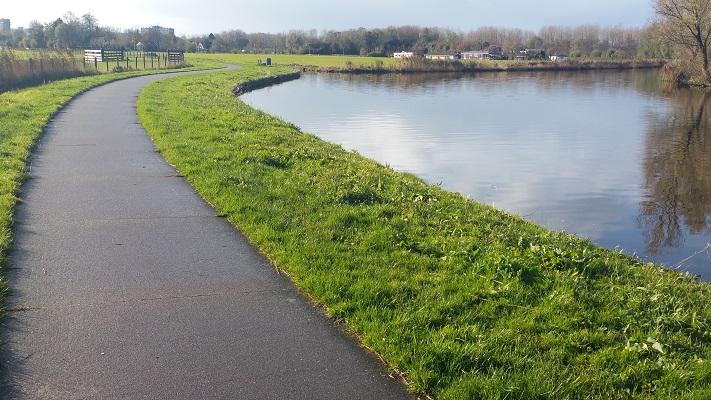 Langs de Dokkummer Ee op wandeling over Elfstedenpad van Oentsjerk naar Leeuwarden