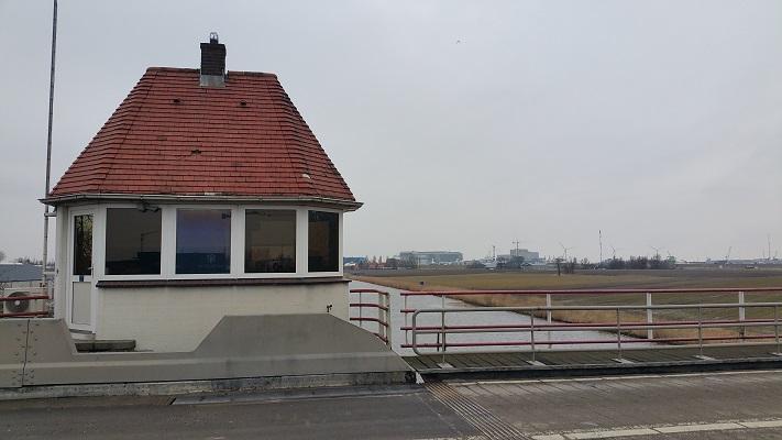 Brugwachtershuisje Harlingen op wandeling over het Elfstedenpad van Wijnaldum naar Harlingen