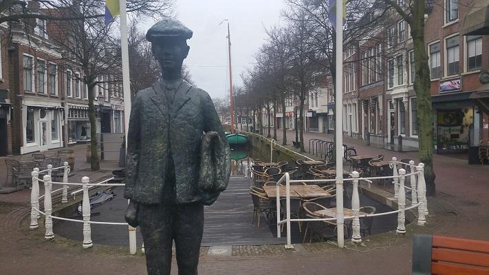 Bronzen beeld Anton Wachter in Harlingen op wandeling over het Elfstedenpad van Wijnaldum naar Harlingen