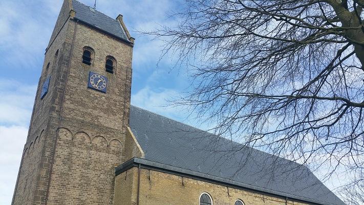 Kerk Kimswerd op wandeling over het Elfstedenpad van Witmarsum naar Kimswerd