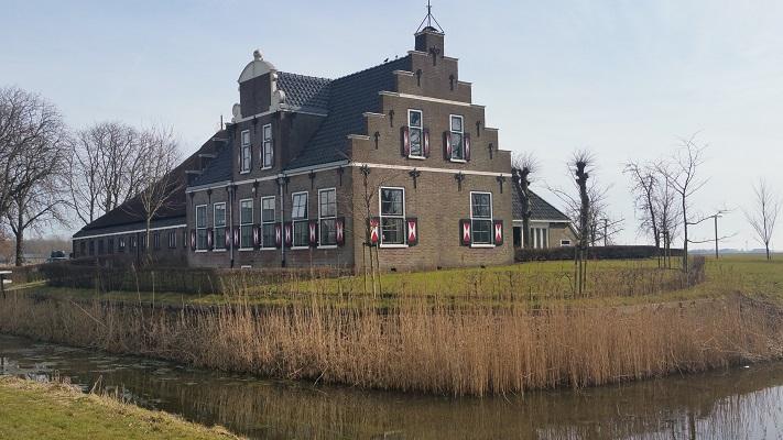 Boerderij Witmarsum op wandeling over het Elfstedenpad van Witmarsum naar Kimswerd