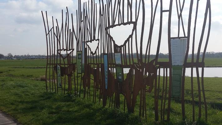 Wandelen over het Grebbeliniepad bij kunstwerk aan de Eem