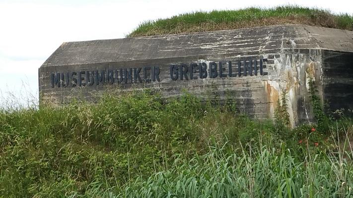 Wandelen over het Grebbeliniepad bij museumbunker van de Grebbelinie