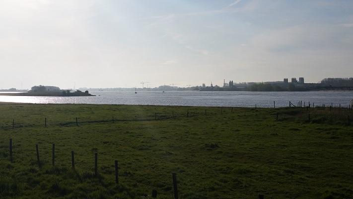 Wandelen over het Grebbeliniepad bij de Waal