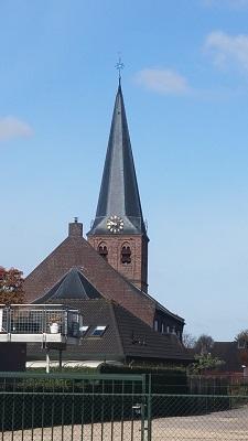 Wandelen over het Grebbeliniepad bij kerk in Kesteren