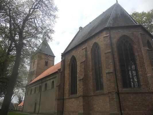 Wandelen over het Groot Frieslandpad bij de Sint Bonifatiuskerk in Vries