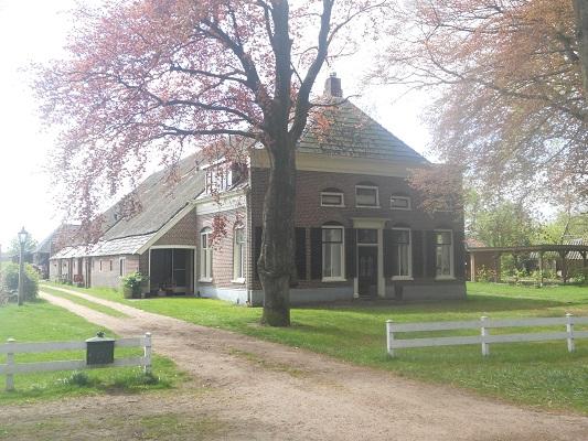 Wandelen over het Groot Frieslandpad langs boerderij in Annen