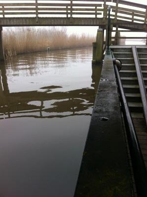 Wandelen over het Groot Frieslandpad bij brugje over Aldegaester Brekken