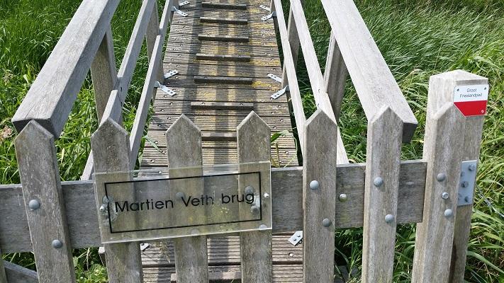 Wandelen over het Groot Frieslandpad bij de Martien Vethbrug