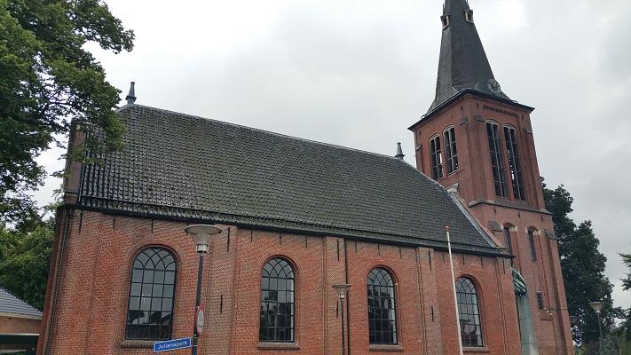 Wandelen over het Groot Frieslandpad bij de Hervormde Kerk in Veendam