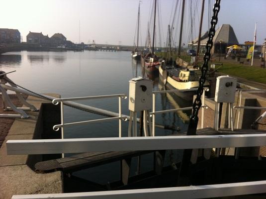 Wandelen over het Groot Frieslandpad bij de Haven in Stavoren